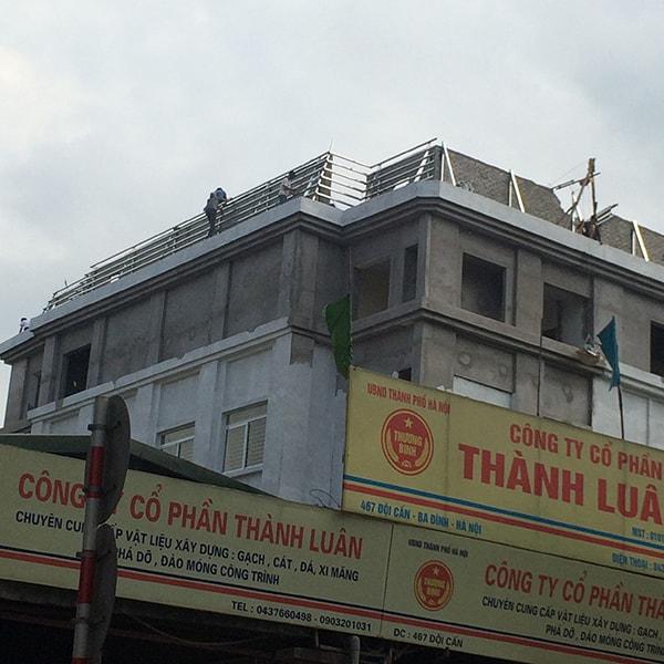 Nhân viên kỹ thuật Đại Phương đang nhanh chóng hoàn thành mái ngói UBND phường Vĩnh Phúc - Ba Đình