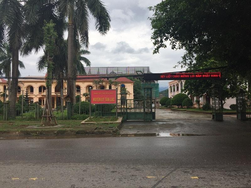Văn phòng UBND Huyện Tân Lạc nhìn từ phía ngoài