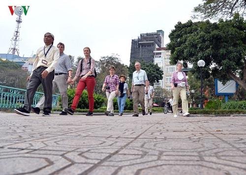 Người dân thong thả đi bộ trên vỉa hè sạch đẹp. Nguồn VOV.vn