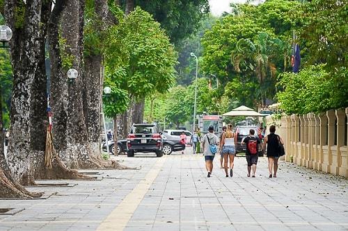 Người dân thong thả đi bộ trên vỉa hè sạch đẹp