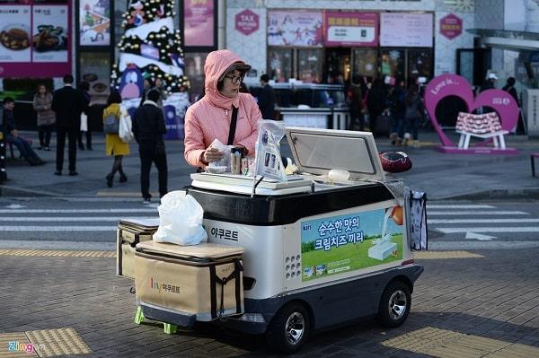 Một người bán rong Hàn Quốc trên vỉa hè lát gạch chữ nhật